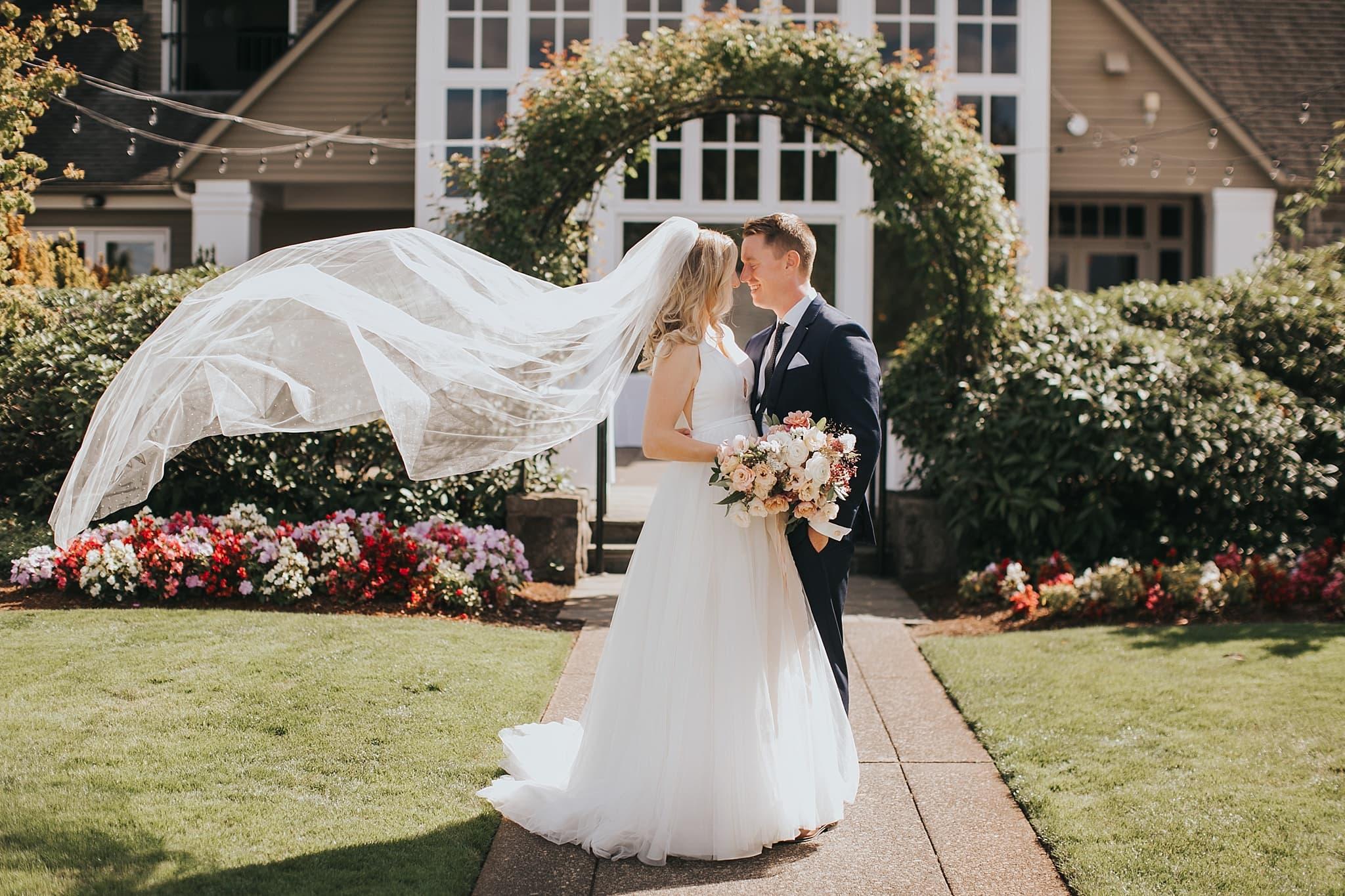 oregon golf club bride and groom flowy veil